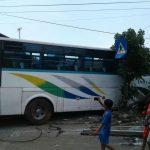 Tiga Kendaraan Terlibat Kecelakaan Beruntun di Jalur Pantura Kota Tegal, Satu Rumah Warga Rusak Parah