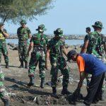 Sambut HUT TNI Ke-73, Kodim 0712 Tegal dan Jajaran Laksanakan Bersih Sampah di Pantai Muarareja Indah
