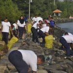 Pasukan TNI AL Tegal Gelar Aksi Bersih-Bersih di Pantai Alam Indah