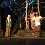 Teater Akar Pentaskan Bulan Bujur Sangkar